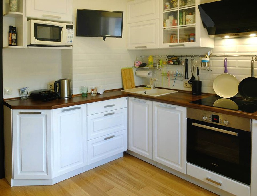 Цветные кухни из массива
